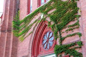 historisk kyrka med rött tegel med murgröna, centrala keene, New Hampshire. foto