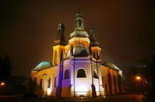 domkyrkakyrkan i dimmig kväll foto
