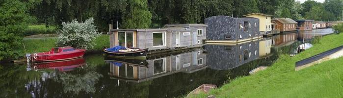 husbåtar i kanalen foto