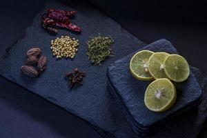 skivad citron och kryddor foto