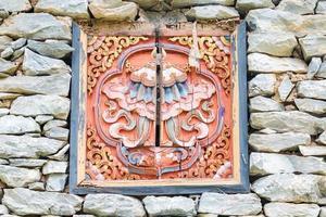 traditionellt dekorerat fönster på stentibethus foto