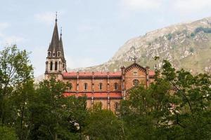 basilika av covadonga i asturien - basilika de covadonga foto
