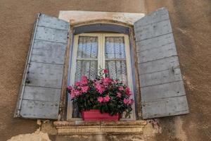gamla fönster av provence foto