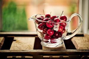 körsbär i glasskål foto