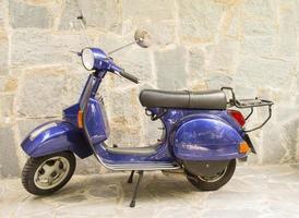 blå motorcykelscooter vespa parkerad foto
