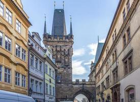 fasad på historisk byggnad i Prag