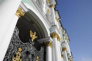 grindar till vinterpalatset i St. petersburg, ryssland foto