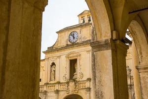 klocktornet och fasaden på biskopsrådet i lecce