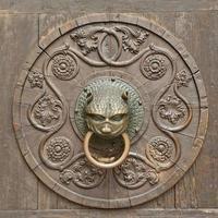 grunge medeltida bakgrund - rostig antik dörrknackare foto