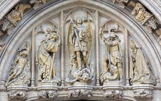bryssel - st. michael ärkeängeln på fasaden på rådhuset. foto