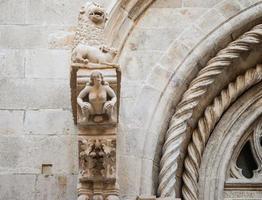 st mark katedral i korcula, dekorationer på huvudfasaden foto
