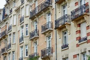 fragment av fasaden med balkonger foto
