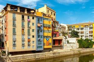 girona. flerfärgade fasader av hus på floden onyar foto