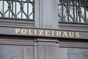 tyska polisen hus skylt foto