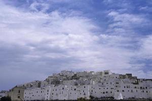 utsikt över den typiska byn ostuni foto