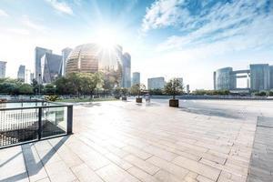 horisont och landskap av tomma torget och moderna byggnader foto