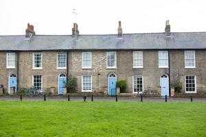 Cambridge hus med blå dörrar foto