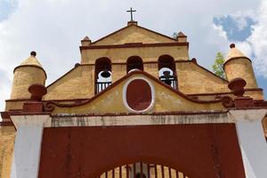 typisk mexica liten kyrka i san cristobal foto