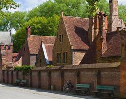 liten gata med gamla tegelhus i en ljus solig dag foto