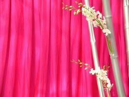 orkidéer framför rosa thai siden foto