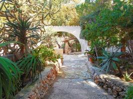 innergård byhus med trädgård i Sicilien foto