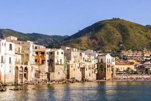 skyline av cefalù, turistisk by i norra Sicilien foto