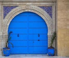 gammal marockansk dörr från essaouira foto