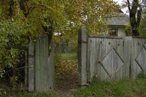 lantligt staket foto
