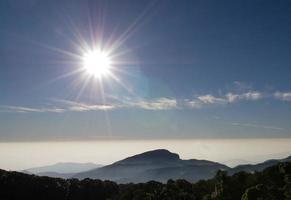 sol på morgonen foto
