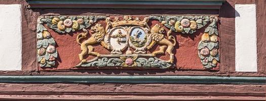 traditionell snidning på ett korsvirkeshus med symboler foto