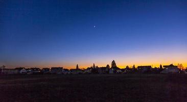 solnedgång i förortsboende område foto