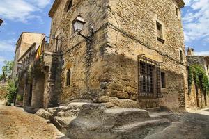 medeltida kullerstensgata stad i Katalonien foto