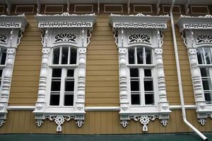 fönster med architraves