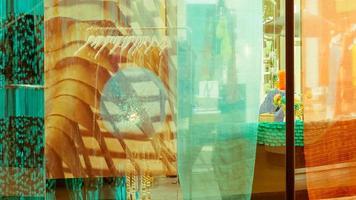 dubbel exponering, spegelreflektion av klädaffär foto