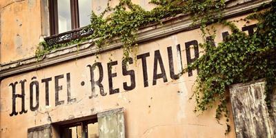 vintage franska hotell skylt målade på ett gammalt hus foto