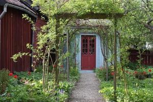 härlig trädgårdsväg foto