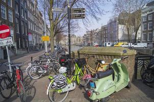 cykelparkering vid kanalen, Amsterdam.