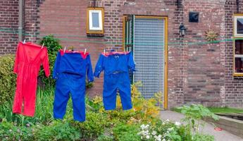 färgglada overaller på en gårds klädstreck