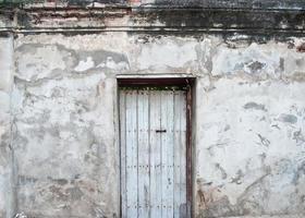 gammal dörr på de gamla väggarna. foto