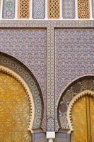 stora gyllene dörrar till det kungliga palatset i Fez, Marocko.