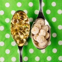 skedar fulla av vitaminer foto