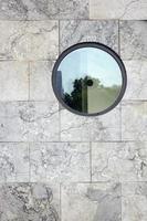 vägg med runt fönster foto