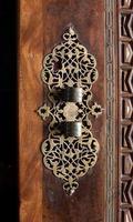 islamisk snidad dörr med vackra detaljer bakgrund. foto