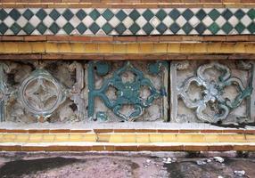 färgglada vintage keramiska plattor väggdekoration foto
