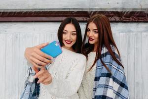 två flickor gör selfie foto