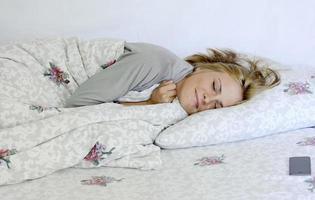 vacker ung kvinna som sover foto