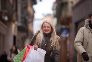 en blond kvinna som shoppar i Europa foto