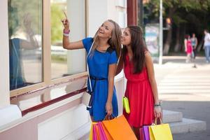 två kvinnor tittar på fönster foto