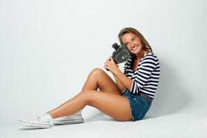 tjej med en 8mm retro filmkamera