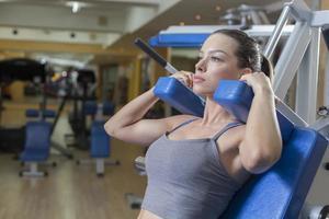 kvinna träning i gymmet foto